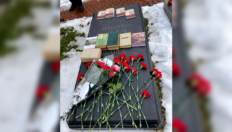 Flowers were laid at Hovhannes Tumanyan's tomb